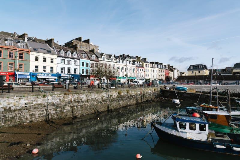 Waterkant en haven met vissersboten in Ierland stock fotografie