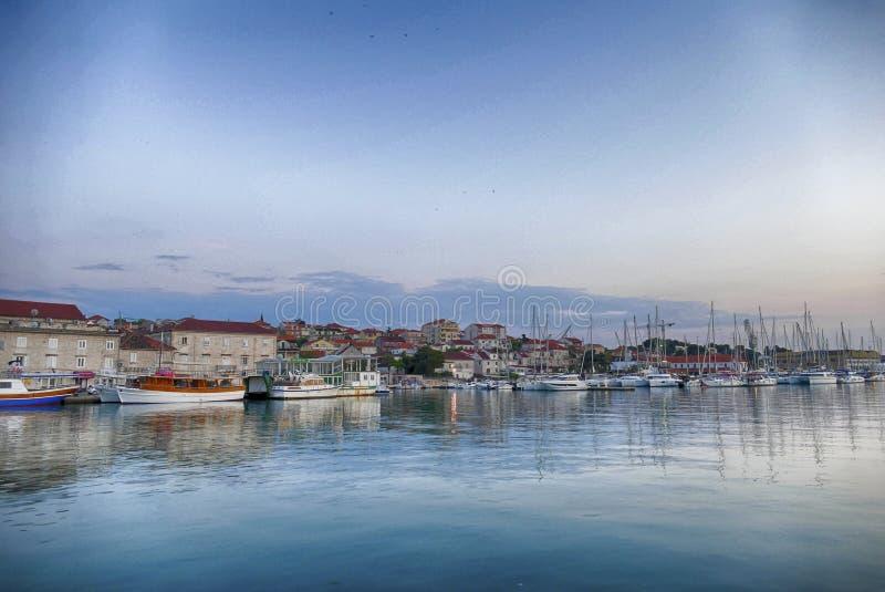 Waterkant en verankerde boten in haven stock afbeeldingen