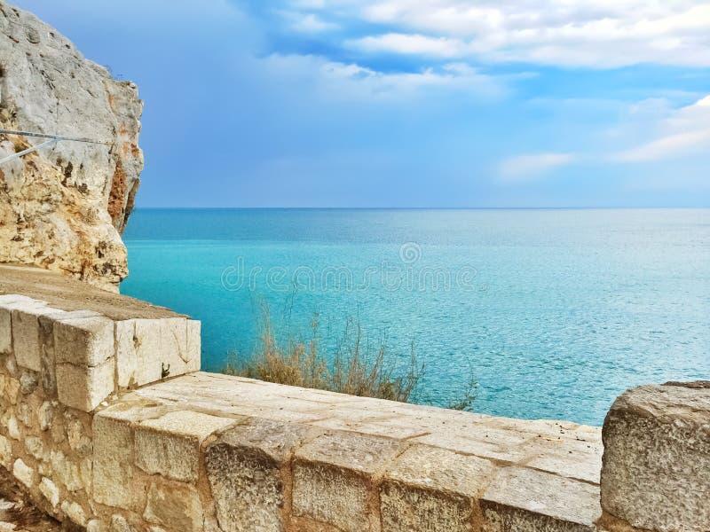 Waterkant en vreedzame blauwe overzees van Peniscola, Spanje stock afbeeldingen