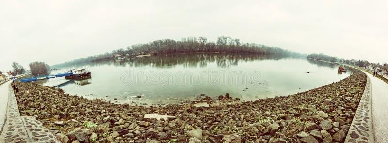Waterkant in Szentendre, Hongarije, gele filter royalty-vrije stock foto's