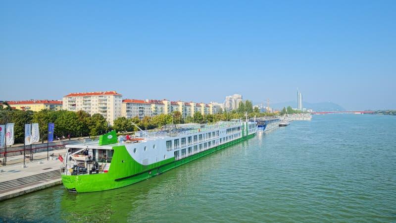 Waterkant van de rivier van Donau in Wenen stock fotografie