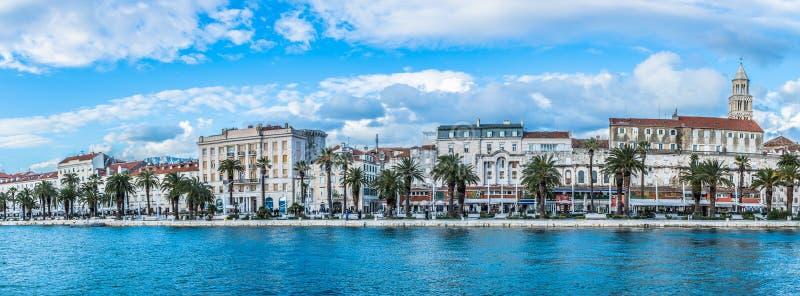 Waterkant van panorama de Gespleten Kroatië royalty-vrije stock foto's