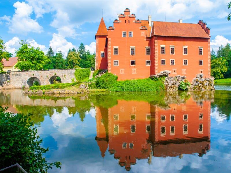 Waterkasteel Cervena Lhota in het water wordt weerspiegeld dat Zuidelijke Bohemen, Tsjechische Republiek royalty-vrije stock foto's