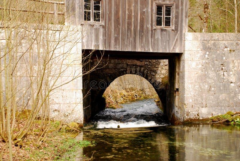 Waterkering met een rivier royalty-vrije stock afbeelding