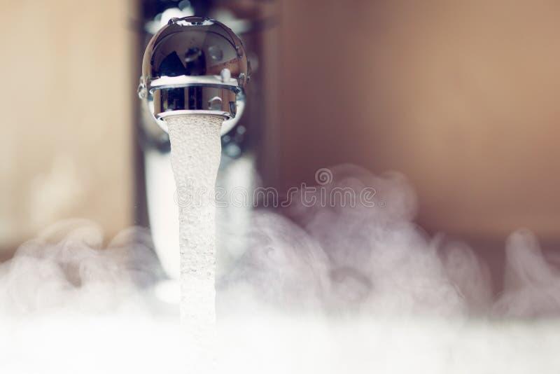 Waterkraan met warm waterstoom