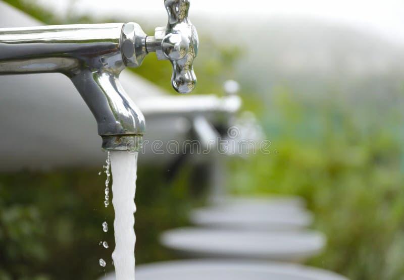 Waterkraan met waterstroom uit van kraan stock afbeeldingen