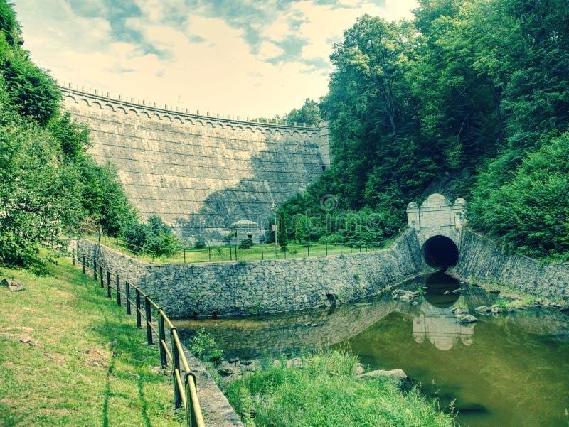 Waterkracht samen met dammen wordt gebruikt om elektriciteit te produceren die royalty-vrije stock fotografie