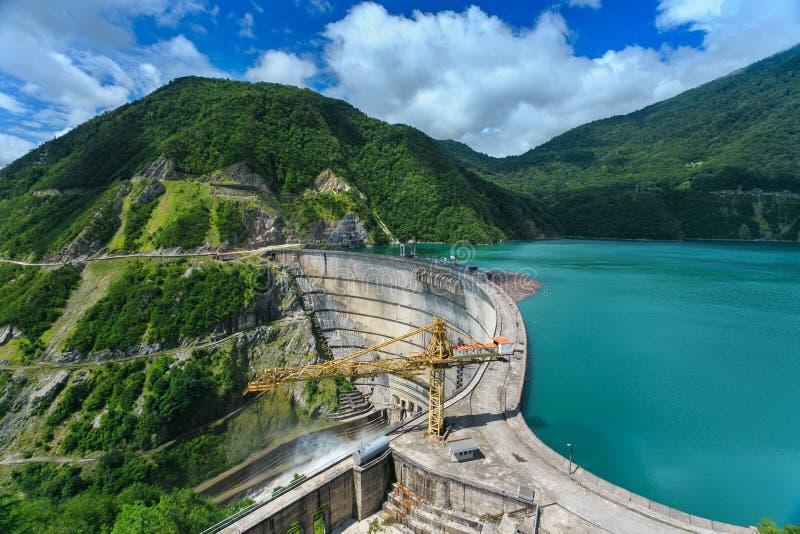 Waterkrachtcentrale in de bergen stock foto's