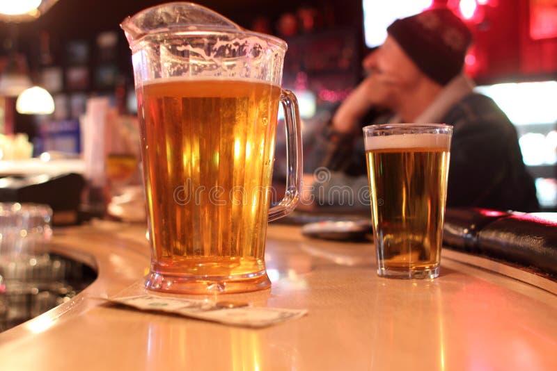 Waterkruik en glas bier royalty-vrije stock afbeeldingen