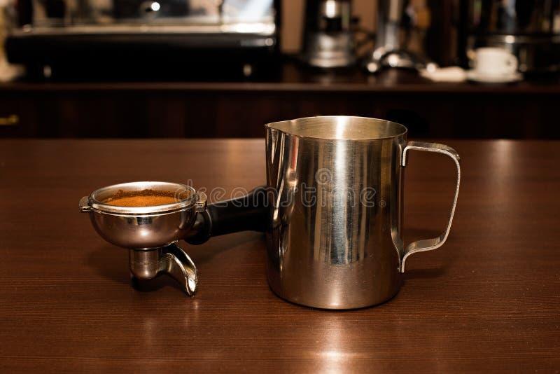 Waterkruik en houder met koffie in koffie royalty-vrije stock foto's