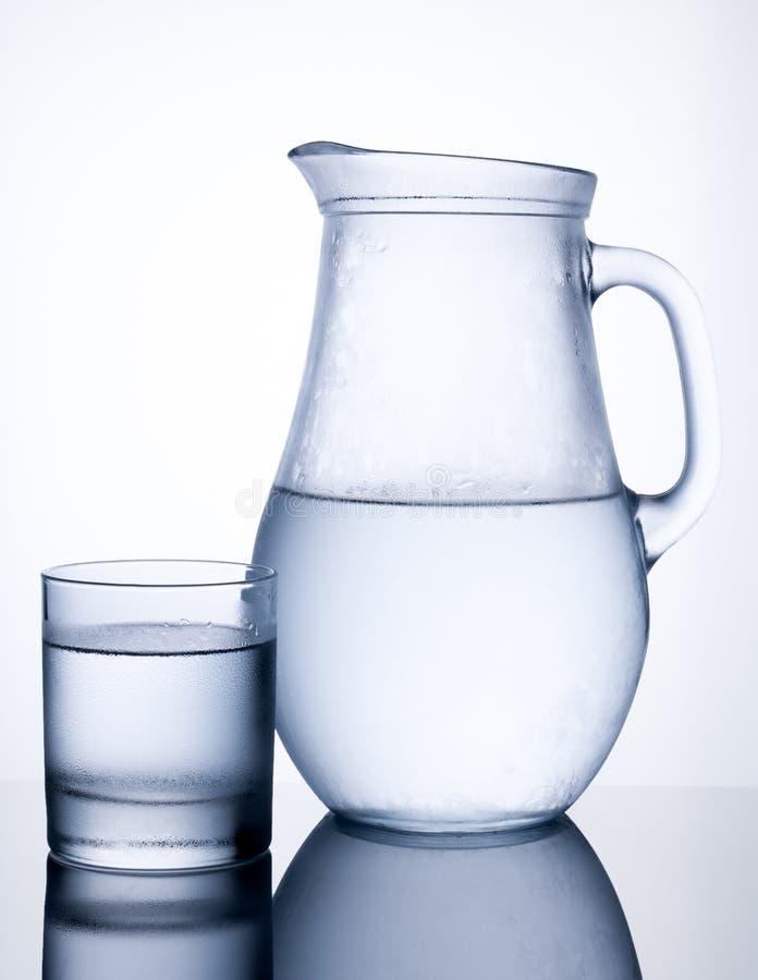Waterkruik koud water met glas royalty-vrije stock foto's