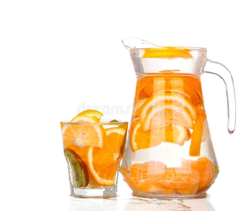 Waterkruik met een verfrissende drank met citroenplakken stock foto