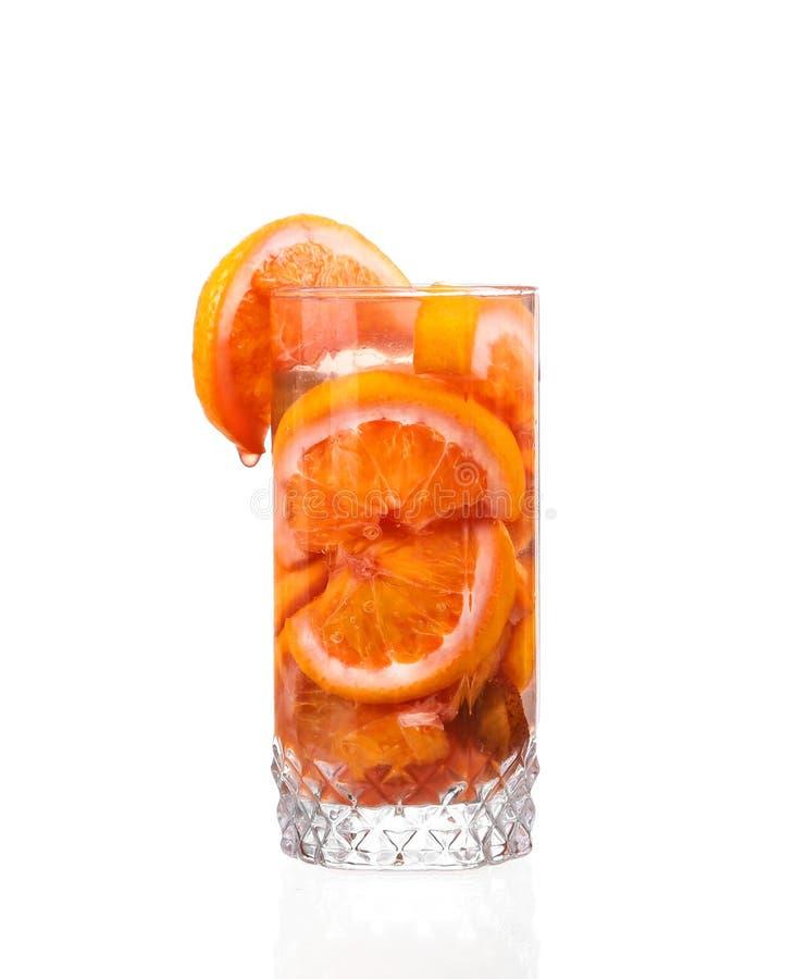 Waterkruik met een verfrissende drank met citroenplakken royalty-vrije stock afbeelding