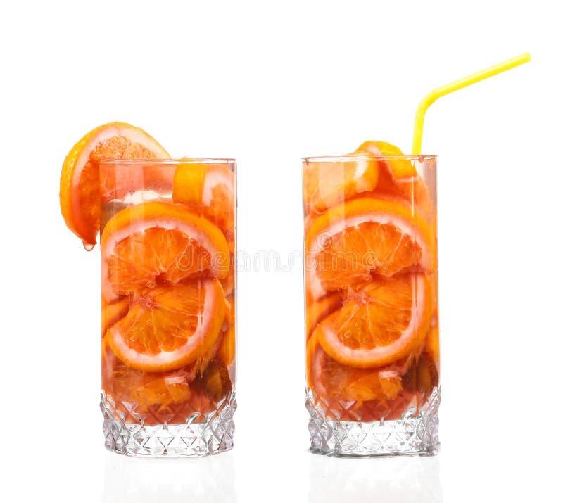 Waterkruik met een verfrissende drank met citroenplakken royalty-vrije stock foto's