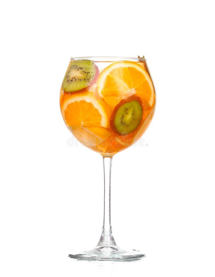 Waterkruik met een verfrissende drank met citroenplakken royalty-vrije stock afbeeldingen