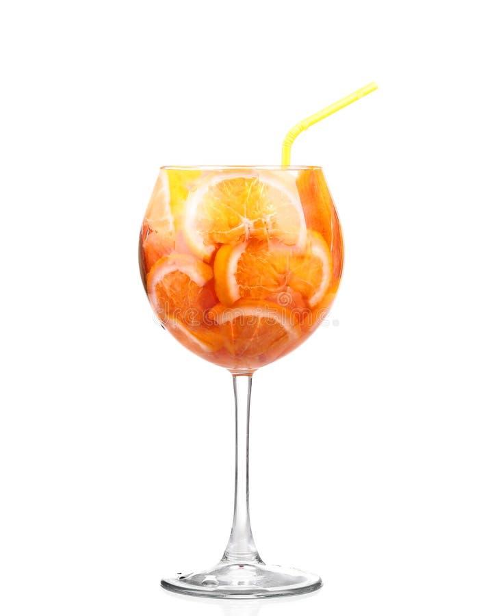 Waterkruik met een verfrissende drank met citroenplakken royalty-vrije stock fotografie