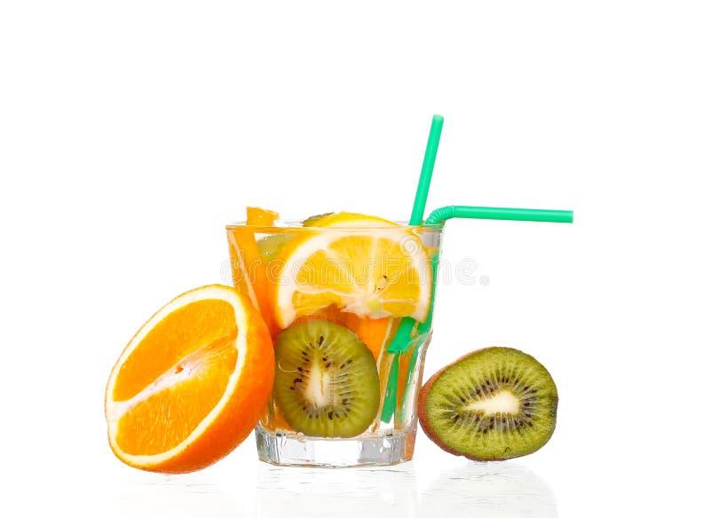 Waterkruik met een verfrissende drank met citroenplakken stock fotografie