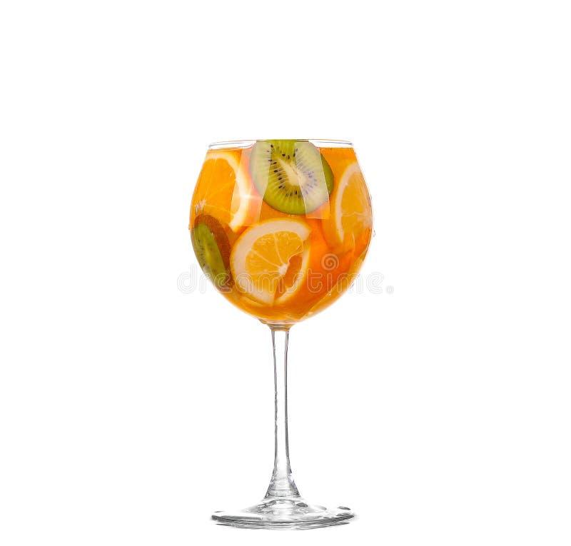 Waterkruik met een verfrissende drank met citroenplakken van sinaasappel en kiwi op witte achtergrond stock afbeeldingen