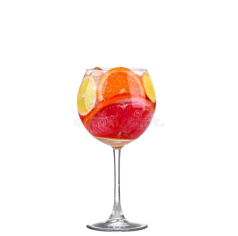 waterkruik met een verfrissende drank met citroenplakken van sinaasappel en royalty-vrije stock afbeeldingen