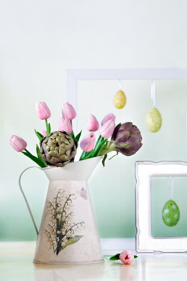 Waterkruik met Tulpen en Artisjokken royalty-vrije stock afbeeldingen