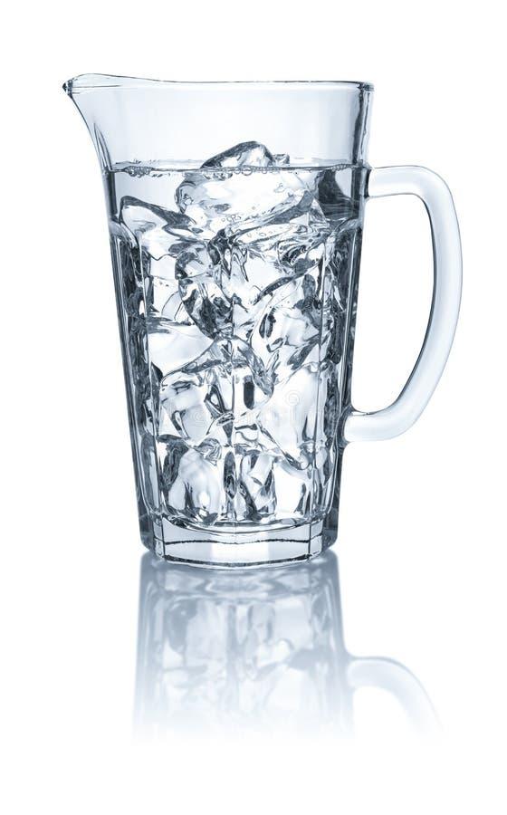 Waterkruik met water en ijsblokjes op een witte achtergrond royalty-vrije stock afbeelding