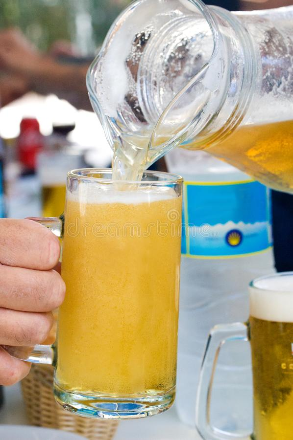 Waterkruik vers bier voor summerin stock afbeeldingen