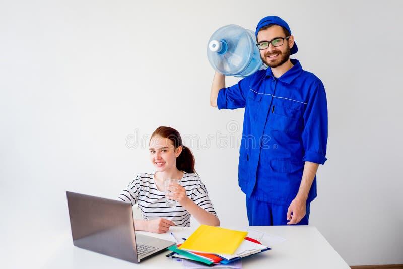 Waterlevering in bureau royalty-vrije stock afbeelding
