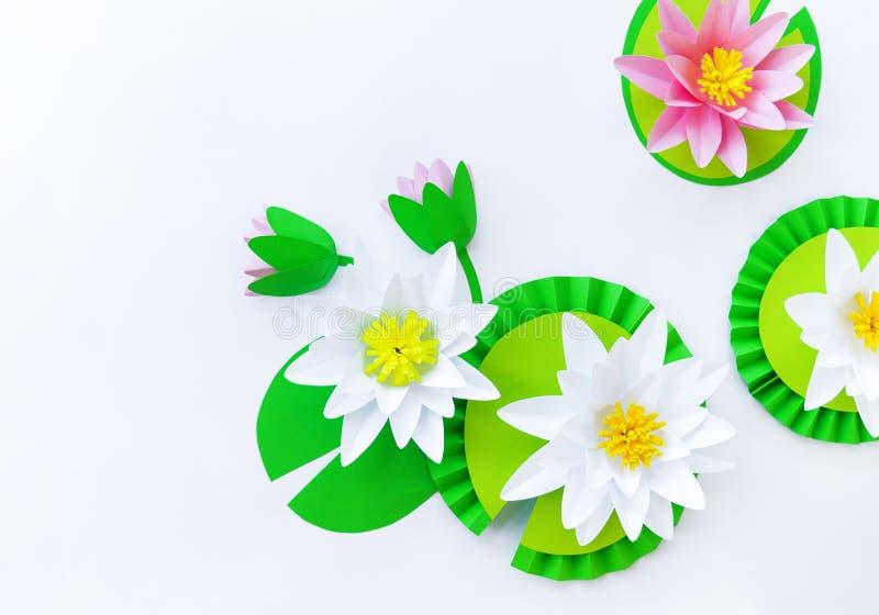 Waterlily kwiat robi? papier Bia?y t?o Origami hobby Delikatny p?atek fotografia royalty free