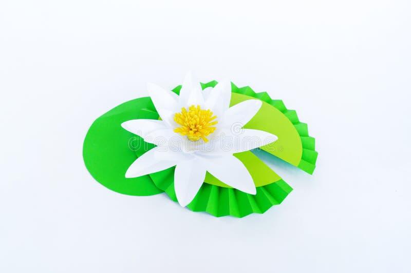 Waterlily kwiat robi? papier Bia?y t?o Origami hobby Delikatny p?atek zdjęcia stock