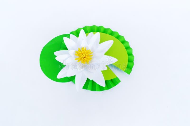 Waterlily kwiat robi? papier Bia?y t?o Origami hobby Delikatny p?atek zdjęcie stock