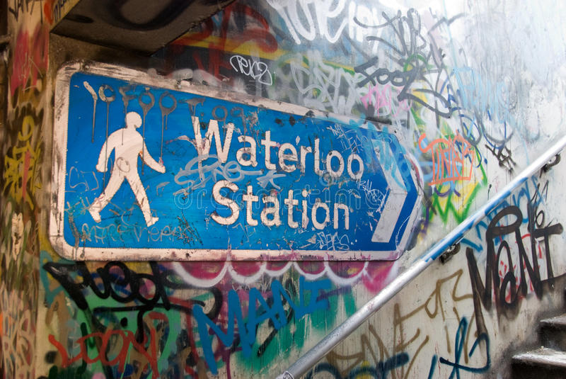Waterloo-Stationszeichen mit Graffiti lizenzfreies stockbild
