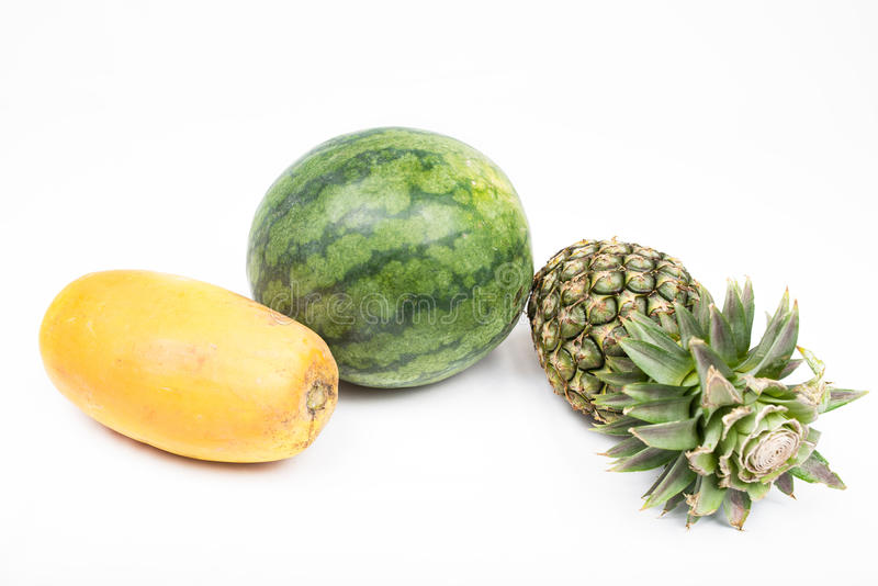 Watermelo et ananas et papaye sur le fond blanc images libres de droits