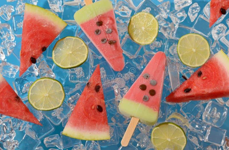 Watermeloen, fruitijslolly en kalkplakken royalty-vrije stock afbeelding