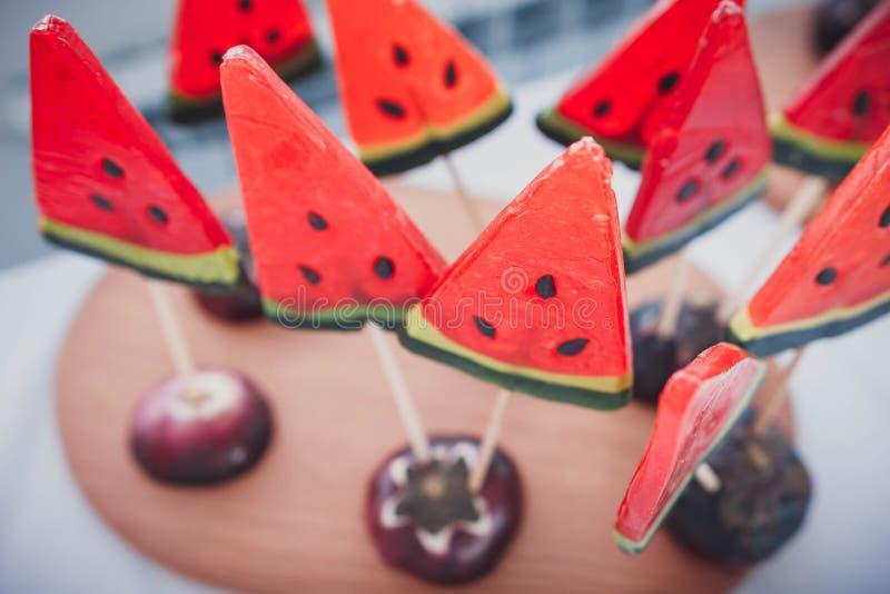 Watermeloen gevormde lollys stock foto's