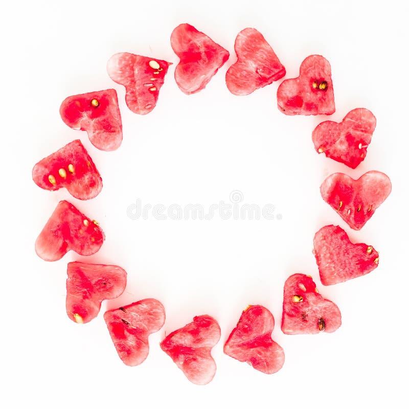 Watermeloen in hartvorm die wordt gesneden Vlak leg samenstelling op witte achtergrond Het concept van de liefde De achtergrond v royalty-vrije stock foto