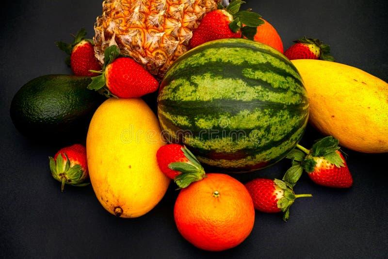 Watermeloen, mango, aardbei, mandarin, ananas en avocado o stock afbeelding