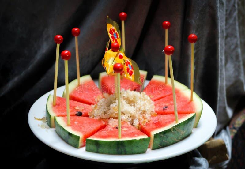 Watermeloen met onderdompeling die van de zoete droge vissen de knapperige sjalot wordt gesneden royalty-vrije stock afbeelding