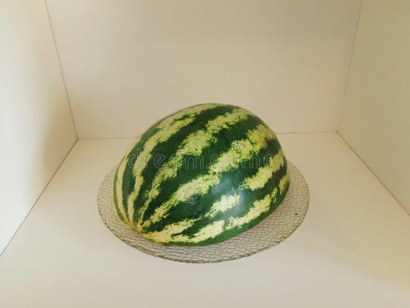 Watermeloen op de plank royalty-vrije stock afbeelding