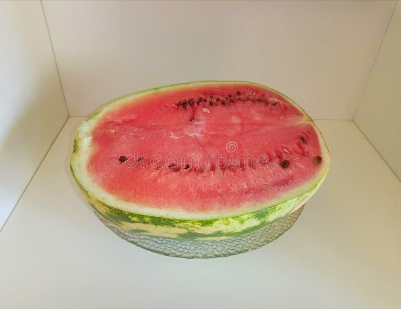 Watermeloen op de plank royalty-vrije stock fotografie