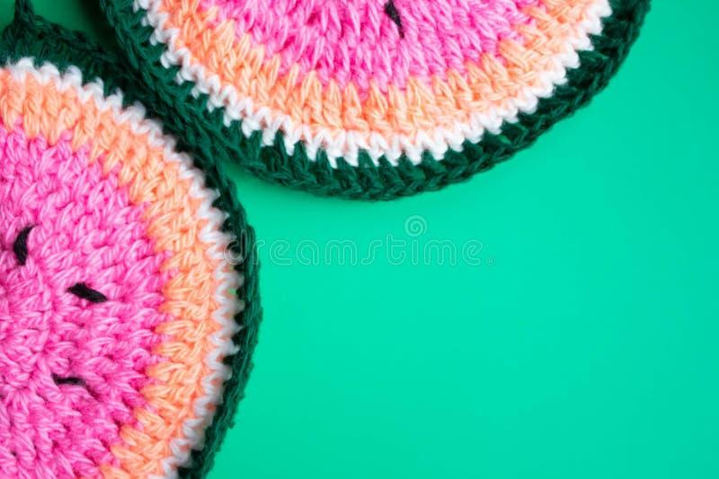 Watermeloen op een blauwe achtergrond Gebreide watermeloen, handwerk, het breien Minimaal concept Vlak leg Hoogste mening vector illustratie