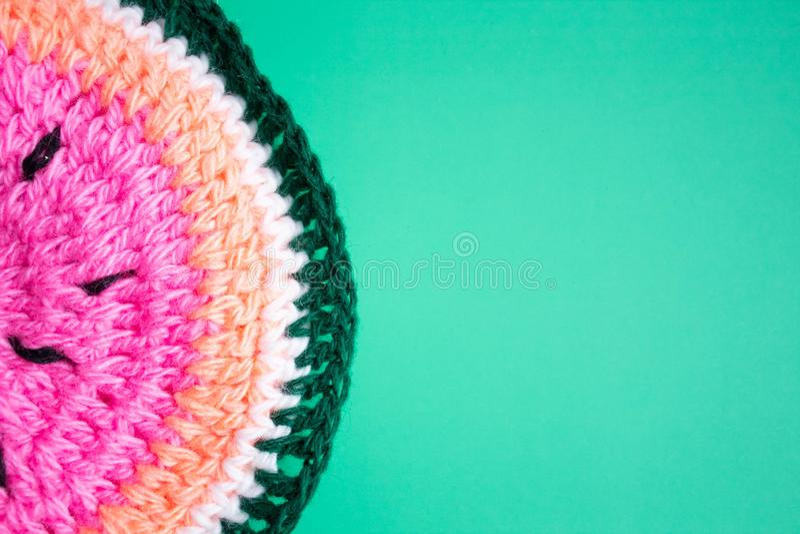 Watermeloen op een blauwe achtergrond Gebreide watermeloen, handwerk, het breien Minimaal concept Vlak leg Hoogste mening stock illustratie