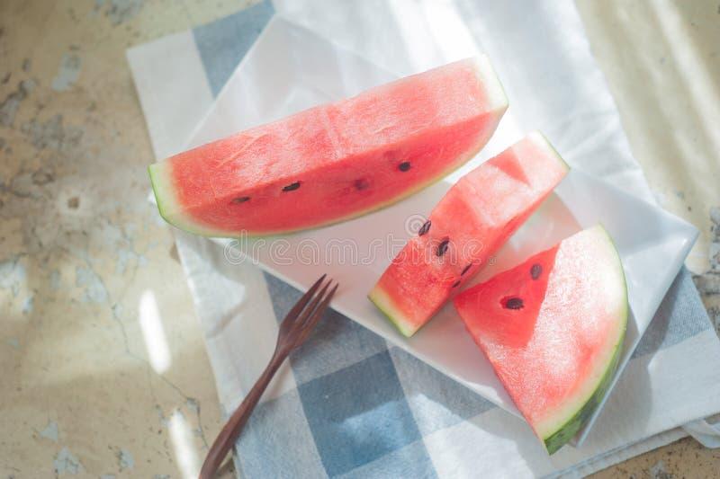 Watermeloen op witte schotel royalty-vrije stock fotografie