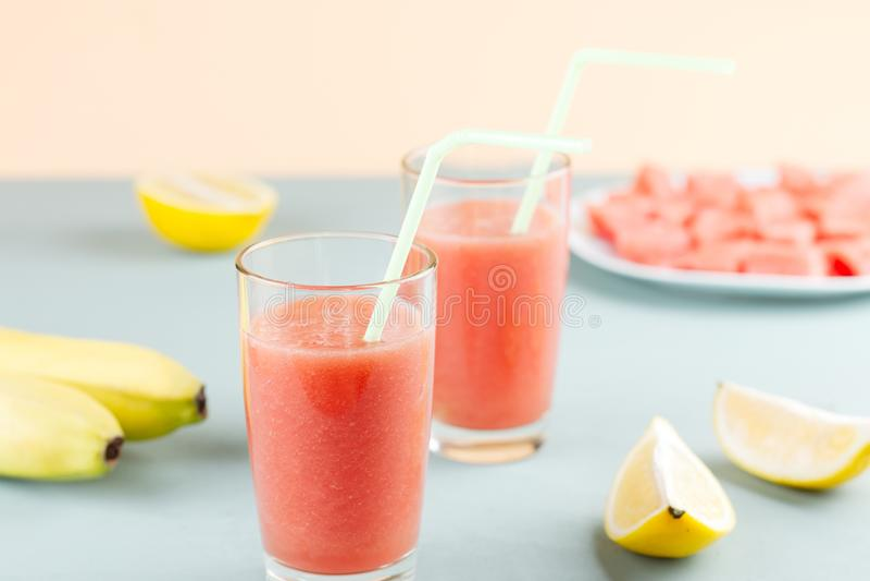 Watermeloen smoothie met banaan en citroen Drank van de de zomer de gezonde verfrissing stock fotografie