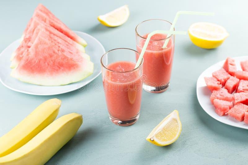 Watermeloen smoothie met banaan en citroen Drank van de de zomer de gezonde verfrissing royalty-vrije stock fotografie