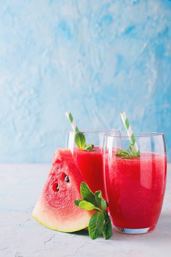 Watermeloen smoothie met plak van fruit en blad van munt royalty-vrije stock fotografie