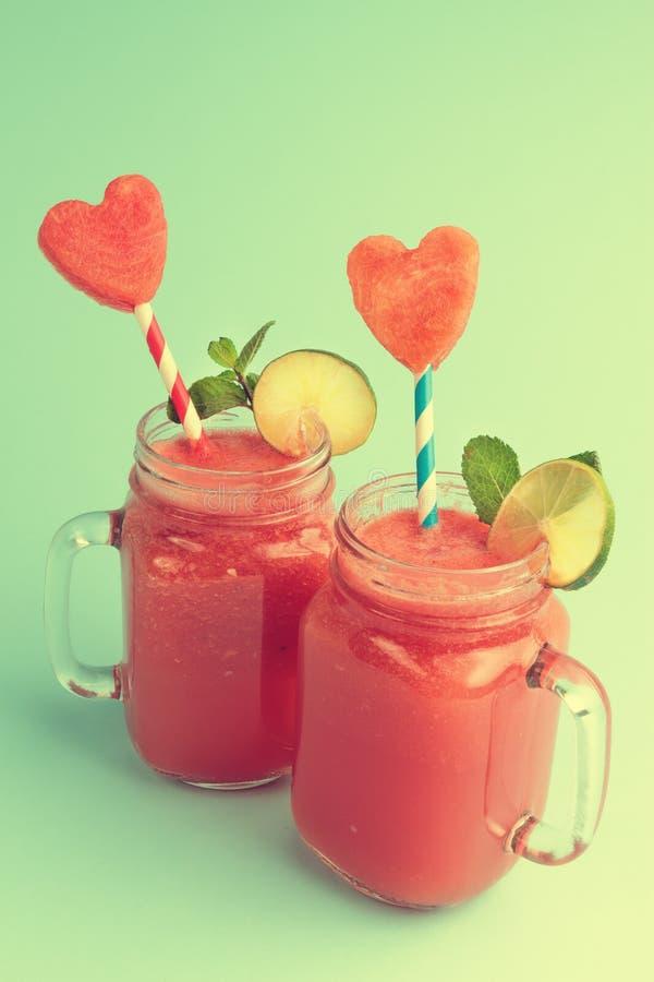 Watermeloen smoothie in Metselaarkruiken stock foto