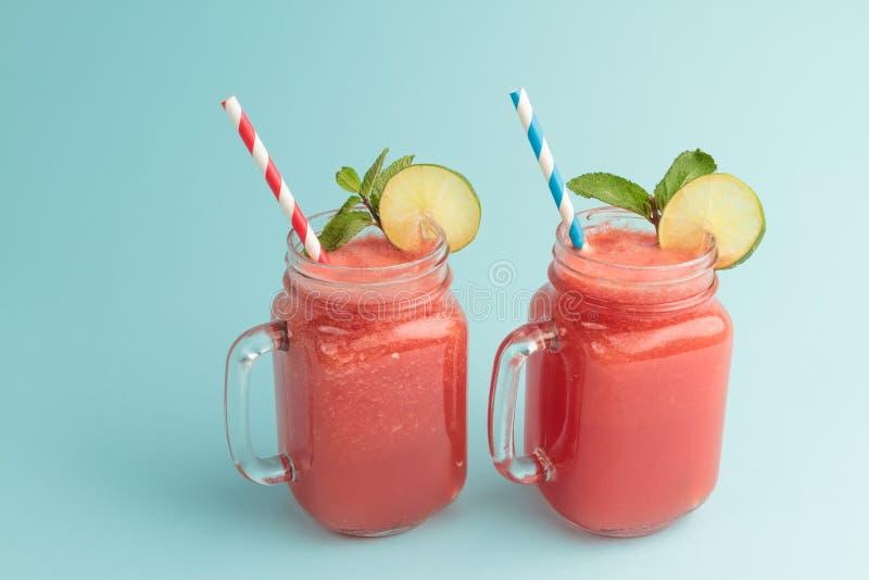 Watermeloen smoothie in mMasonkruiken met exemplaarruimte royalty-vrije stock afbeeldingen