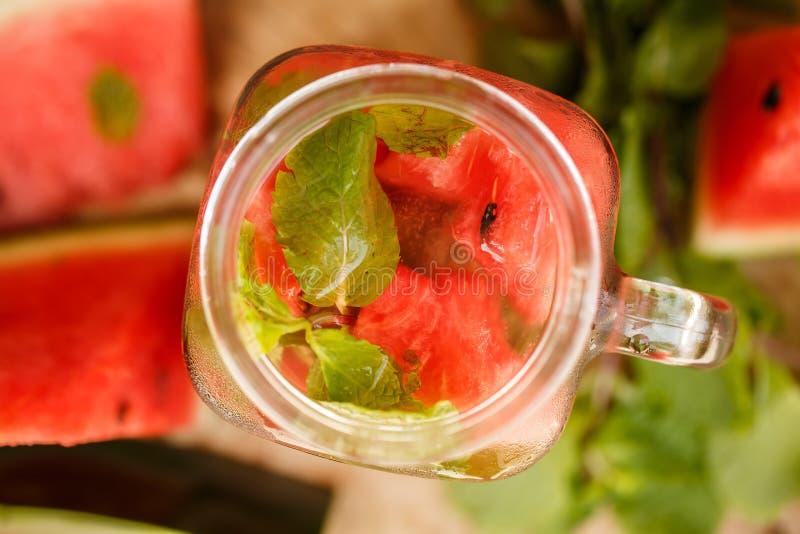 Watermeloen smoothie op tuinlijst royalty-vrije stock foto