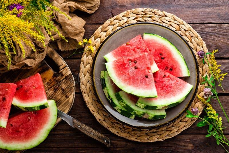 watermeloen Verse watermeloenplakken op plaat op houten rustieke achtergrond royalty-vrije stock fotografie