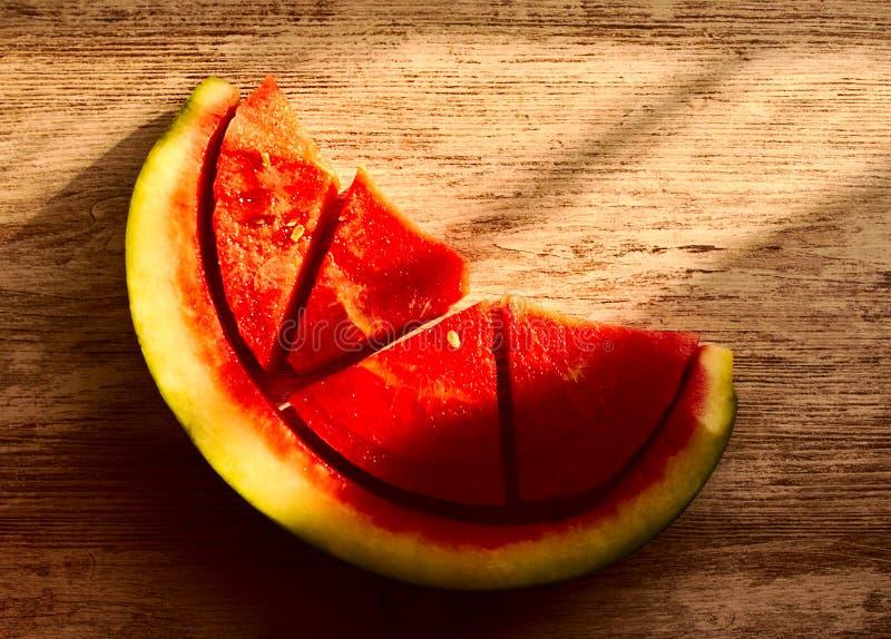Watermeloen in vier delen wordt gesneden dat stock foto's